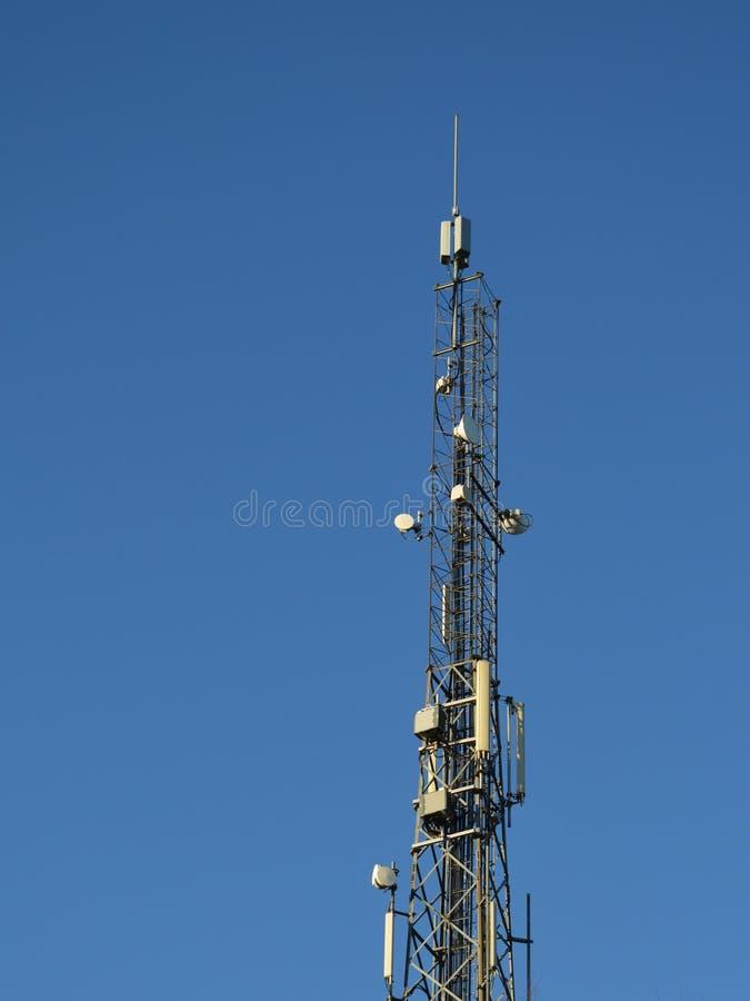 Spitze eines hohen Basisstationsturms stockfotos