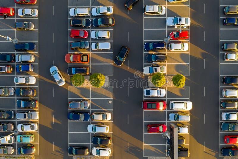 Spitze hinunter Ansicht vom Brummen auf Mallparken mit vielen Autos lizenzfreie stockbilder
