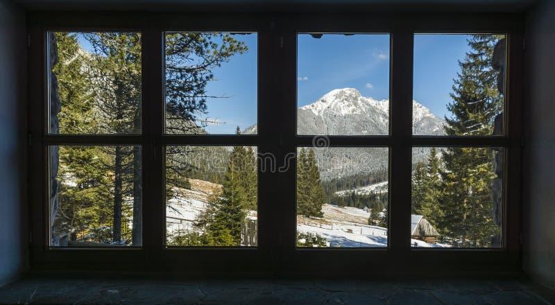 Spitze Kominiarski Wierch und Chocholowska-Tal gesehen von einem Fenster in einer Gebirgsherberge lizenzfreie stockbilder