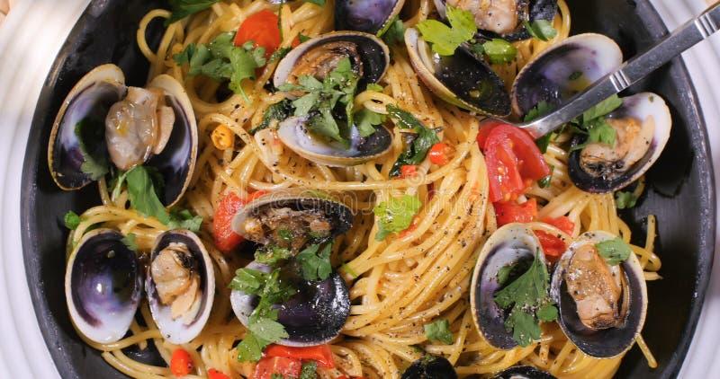 Spitze schließen herauf Ansicht von Spaghettis alle vongole Muscheln lizenzfreie stockfotos