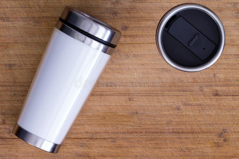Spitze sehen unten auf Thermosflasche über Holzoberfläche an stockfoto