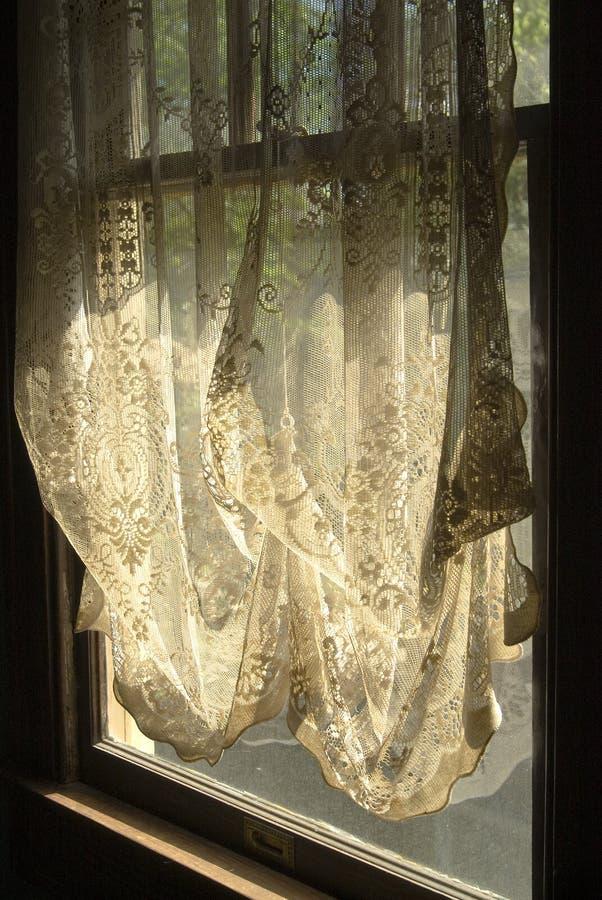Spitze-Trennvorhänge im Fenster lizenzfreies stockfoto