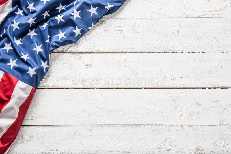 Spitze von Ansicht amerikanischer Flagge auf weißem Holztisch lizenzfreie stockfotografie