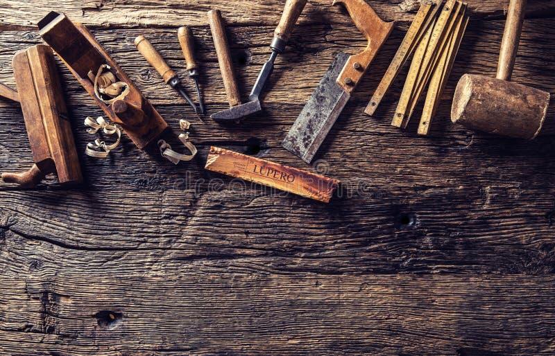 Spitze von Ansichtweinlese-Tischlerwerkzeugen in einer Zimmereiwerkstatt lizenzfreies stockfoto