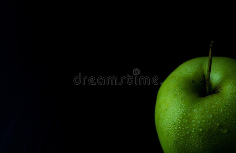 Spitze von gr?nem nassem frischem Apple auf schwarzem Hintergrund, Kopienraum stockfoto