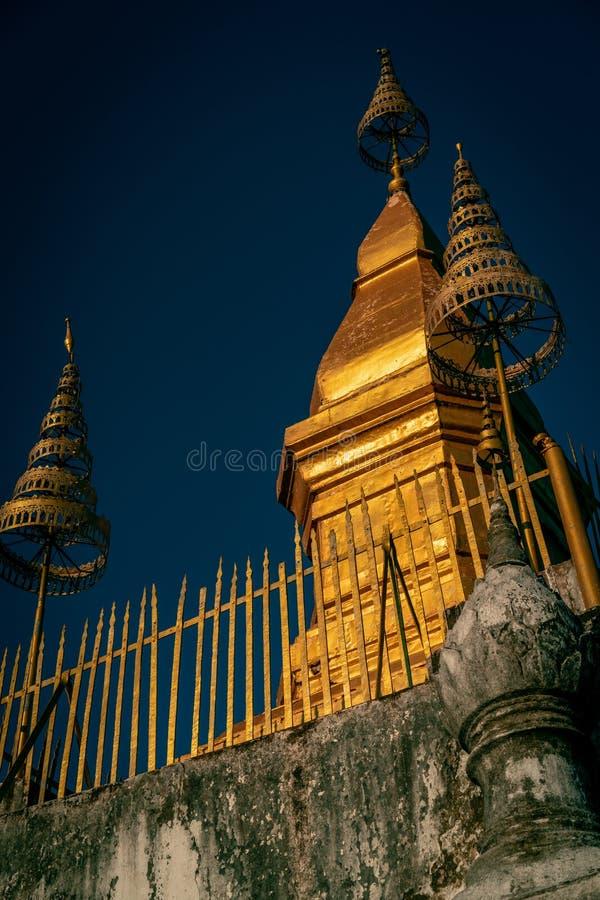 Spitze von Luang Prabang Berg phousi mit dem Sonnenlicht, das den Tempel schlägt Gedrängt bei Sonnenuntergang stockfotos