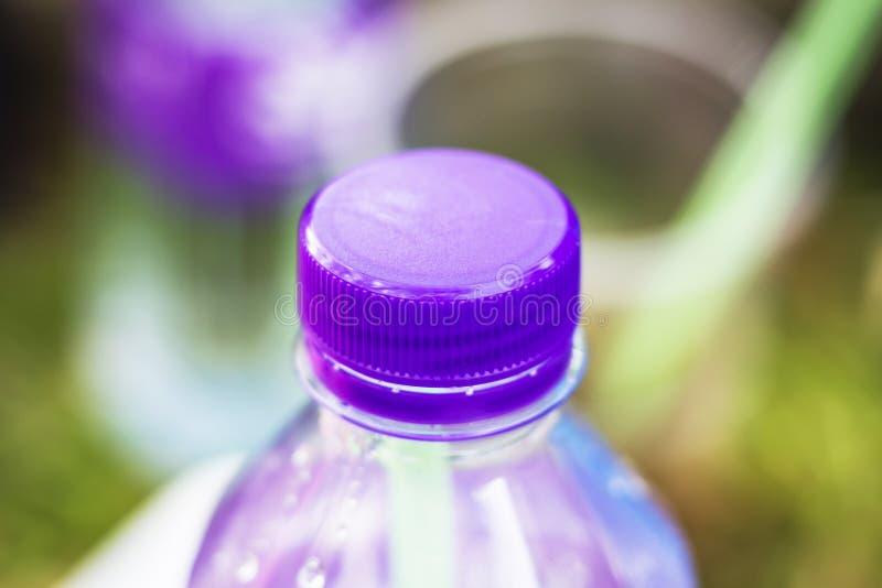 Spitze von Plastikflaschen, verpackendes Wasser lizenzfreie stockfotografie