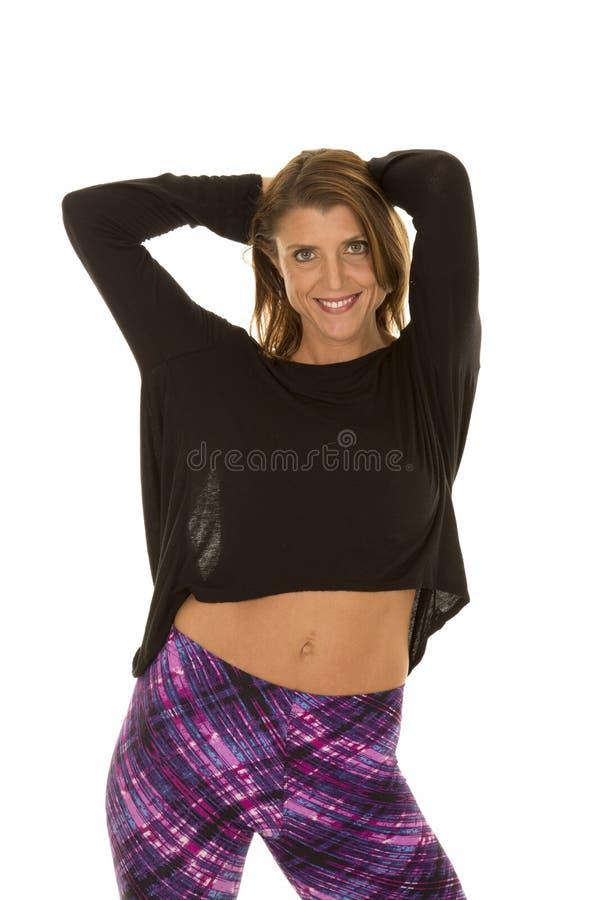 Spitzen- der Frau stehen schwarze und purpurrote Gamaschen Lächeln lizenzfreie stockfotografie