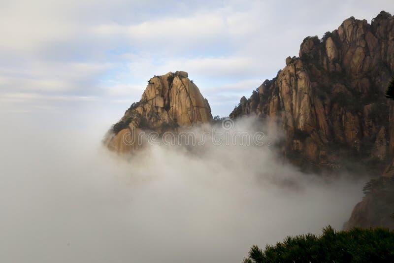 Spitzen im Wolkenmeer stockfotografie