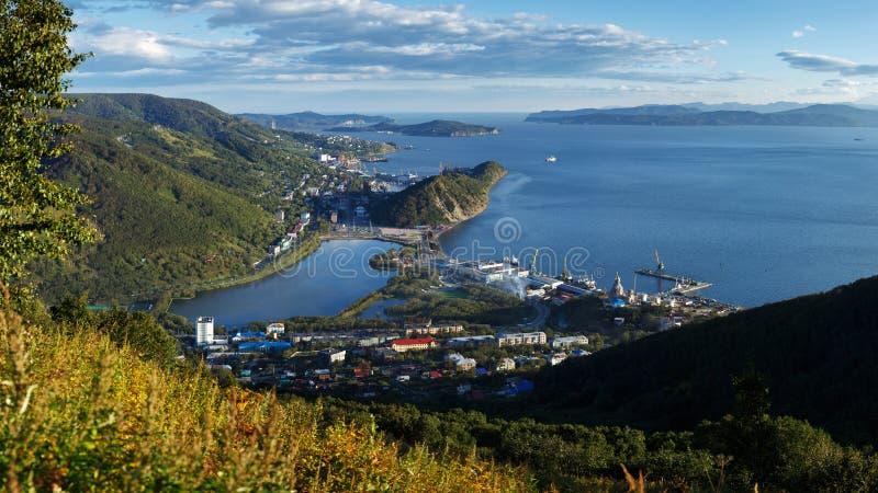 Spitzenpanoramaansicht von Petropawlowsk--Kamchatskystadt, von Avacha-Bucht und von Pazifischem Ozean lizenzfreie stockfotos