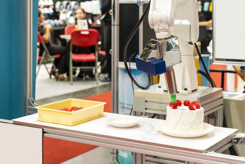 Spitzentechnologie- und Präzisionsrobotergriff mit automatischem Vakuum für die Fangbeispielerdbeere eingesetzt auf Kuchen oder P stockfoto