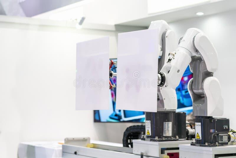 Spitzentechnologie- und Präzisionsrobotergriff mit automatischem Vakuum für weiße Platte oder Produkt des Fanges im Herstellungsv lizenzfreie stockbilder
