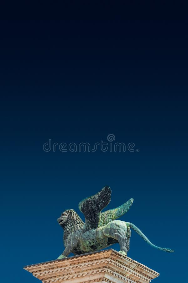 Spitzenturmskulptur des geflügelten Löwes von Venedig am Doge-Palast als venetianischem Symbol, Venedig, Italien, Sommerzeit stockfotografie