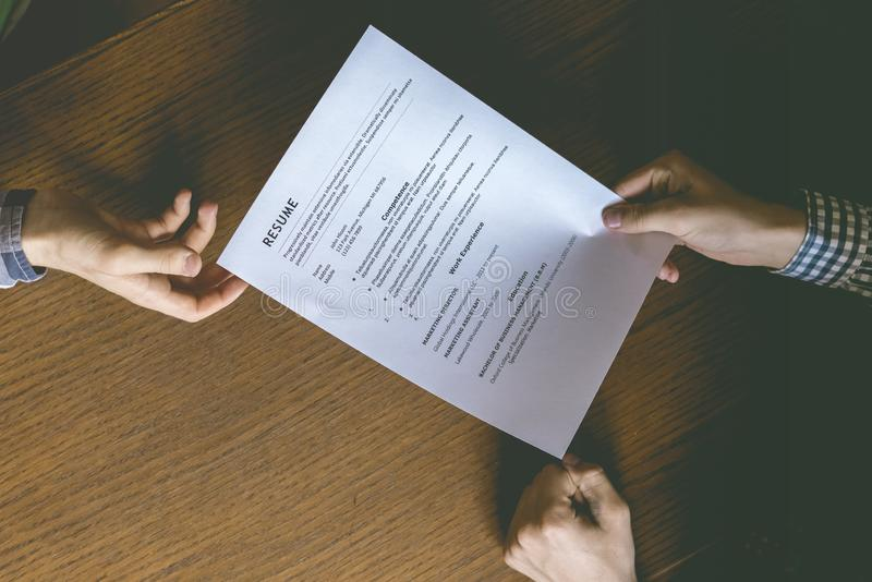 Spitzenunkosten direkt über Ansicht der Einstellungsperson des Angestellten und überprüfen die Zusammenfassung auf dem Bürotisch lizenzfreie stockbilder