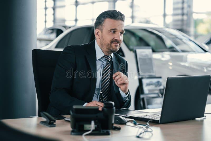 Spitzenverkaufsleiter am Verkaufsstelleausstellungsraum lizenzfreies stockbild