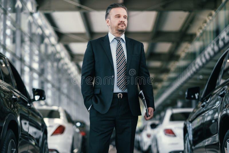Spitzenverkaufsleiter am Verkaufsstelleausstellungsraum stockfotografie