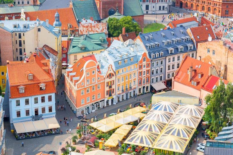 Spitzenvogelperspektive der alten Stadt mit schönen bunten Gebäuden in Riga, Lettland Sonniger Tag des Sommers Europäisches Touri lizenzfreie stockfotos