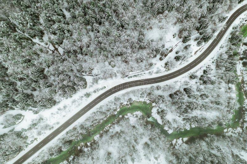 Spitzenvogelperspektive von Schneeberglandschaft mit B?umen und Stra?e ?sterreich stockbilder