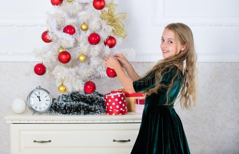 Spitzenweihnachtsverzierungsideen für Kinderraum Kinder können herauf Weihnachtsbaum erhellen, indem sie ihre eigenen Verzierunge stockfotos