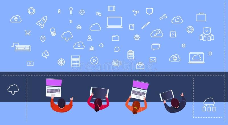 Spitzenwinkelsichtgruppe verschiedene Leute, die Gerätwebdesign, Funktion und entgegenkommende Netzwebsiteideen gedanklich lösen stock abbildung