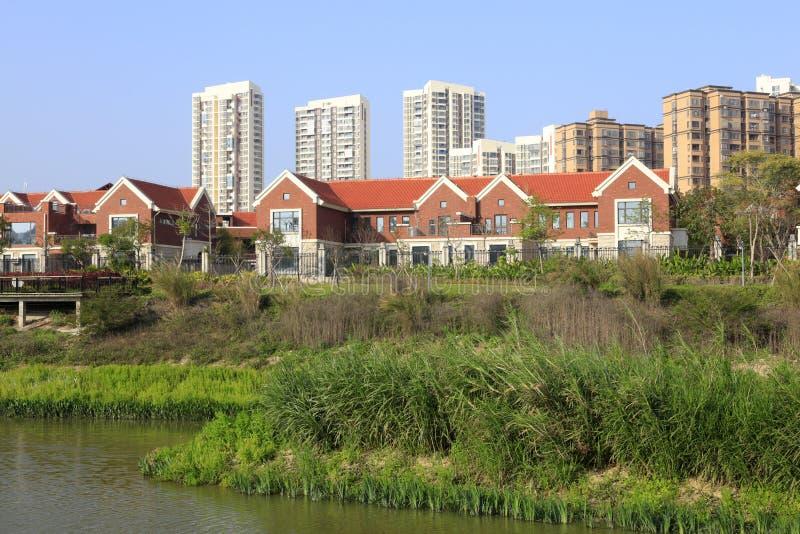 Spitzenwohnbereich durch den Teich, luftgetrockneter Ziegelstein rgb stockfoto