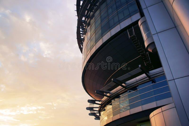 Spitzes futuristisches Gebäude lizenzfreies stockfoto