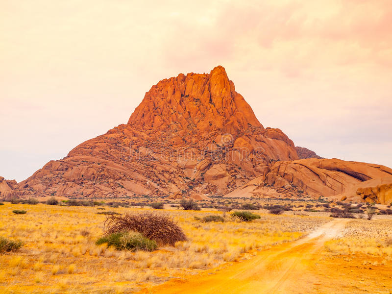 Spitzkoppe, aka Sptizkop - formazione rocciosa unica di granito rosa nel paesaggio di Damaraland, Namibia, Africa fotografia stock libera da diritti