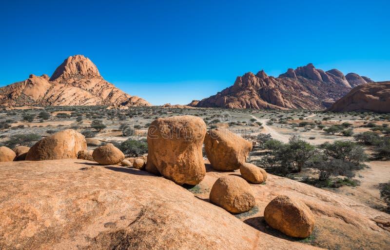 Spitzkoppe, forma??o de rocha original em Damaraland, Nam?bia foto de stock