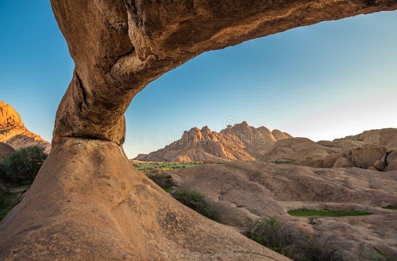 Spitzkoppe, forma??o de rocha original em Damaraland, Nam?bia fotos de stock