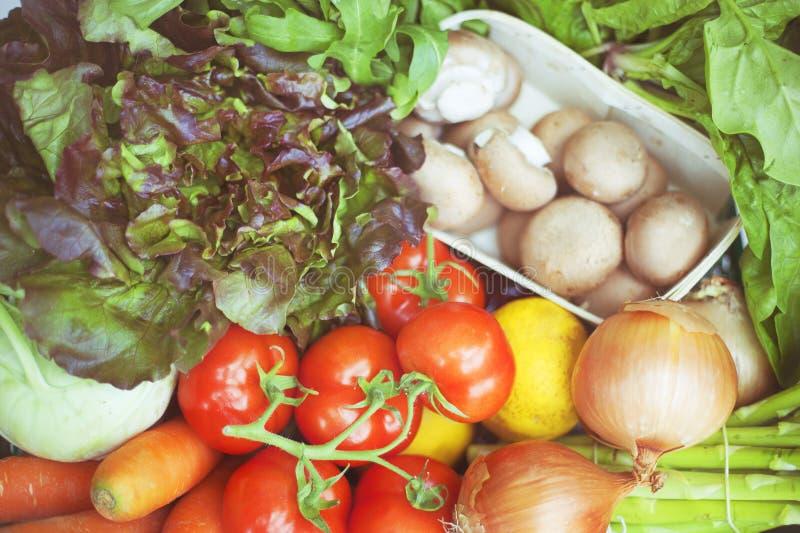 Spjällåda med nya organiska grönsaker arkivbild