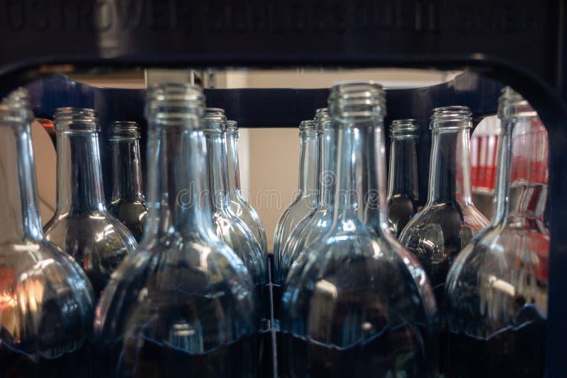spjällåda med tomma glasflaskor arkivbilder