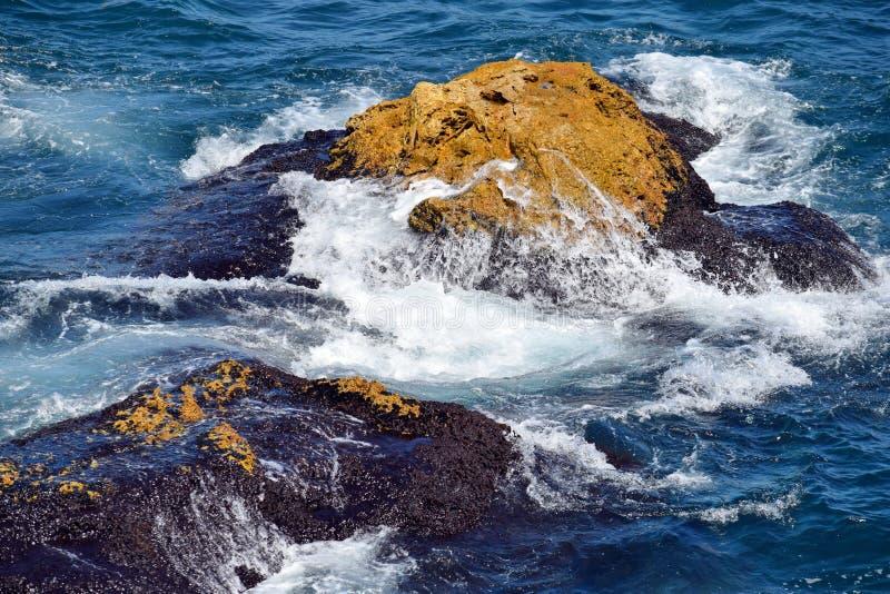 Splashing Sea Waves op Rocks Close Up Tyulenovo Rock Cliffs royalty-vrije stock foto
