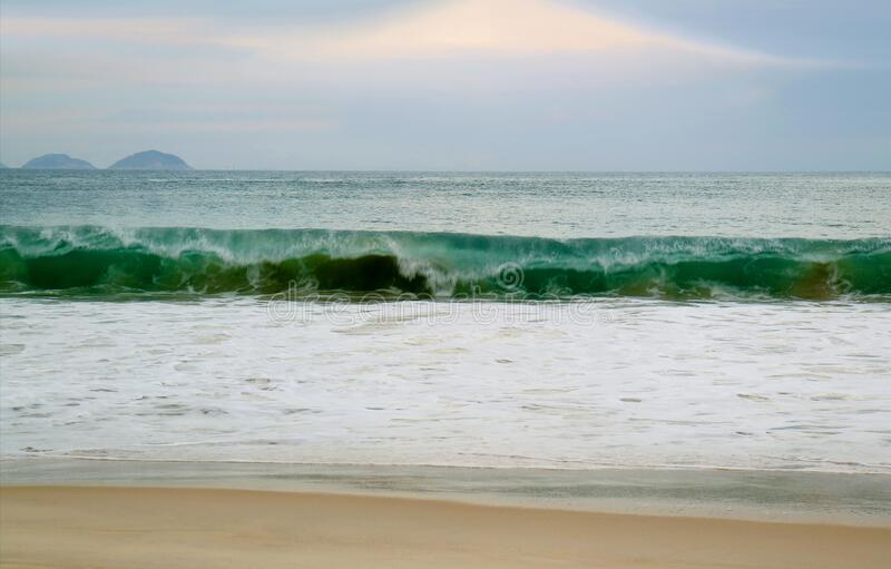 Splashing Waves of the Atlantic Ocean in Copacabana Beach, Rio de Janeiro, Brazilië, Zuid-Amerika royalty-vrije stock foto