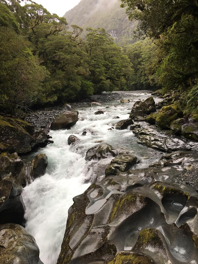 Splashy bergkreek stock foto's