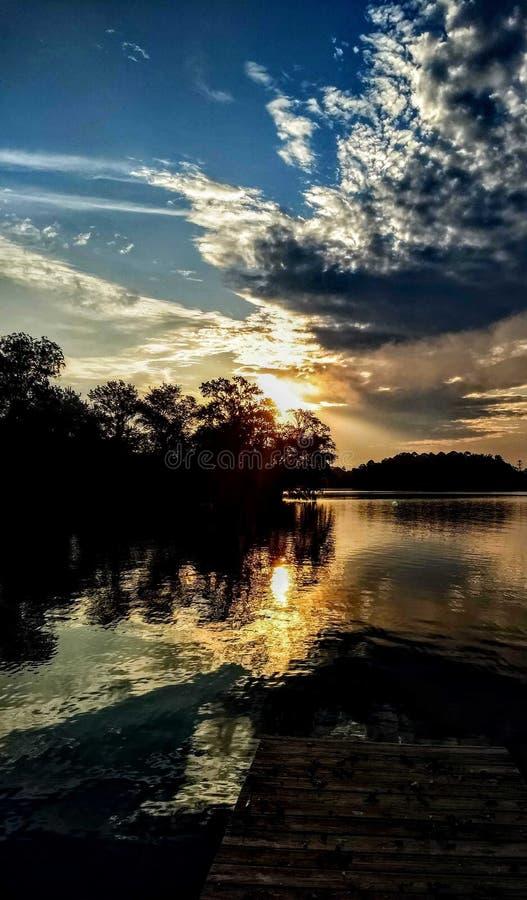 Splatter Sky op het meer stock afbeelding