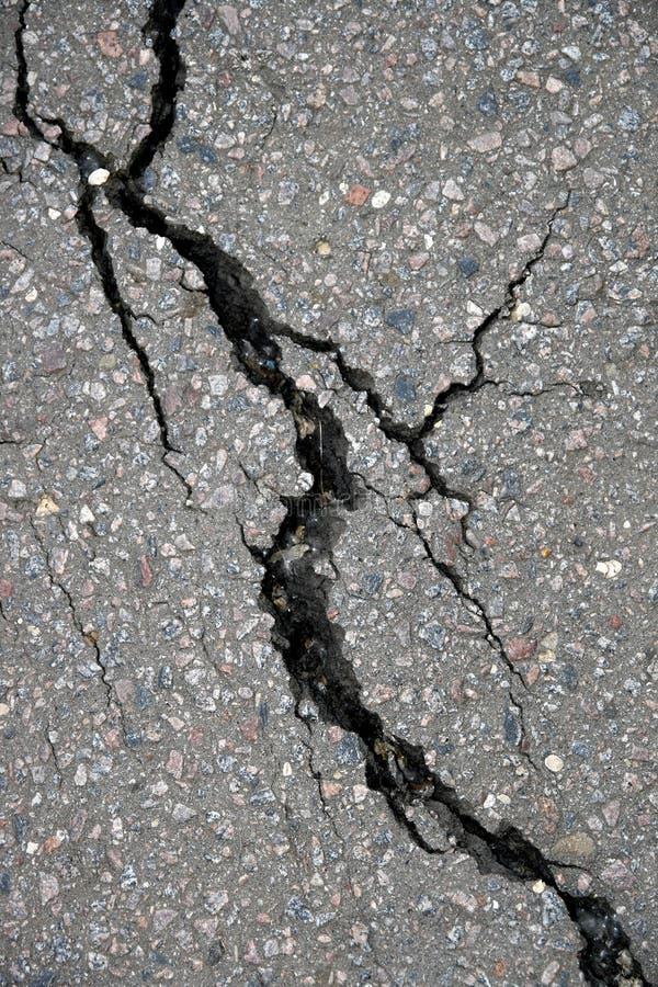 Spleet in asfalt stock foto's