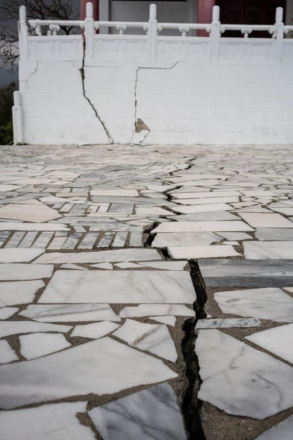Spleet en schade bij Martelarenheiligdom na Hualien 6 2 Februari stock fotografie