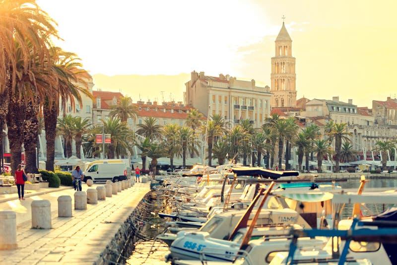 SPLEET, KROATIË - JULI 12, 2017: De mooie mening van Gespleten stadshaven bij gouden uur met veel boten legde in zijn haven vast stock afbeelding