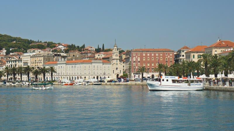 Spleet, Kroatië - 07 22 2015 - Toneelmening van de stad met bergachtergrond, mooie cityscape, zonnige dag stock afbeelding