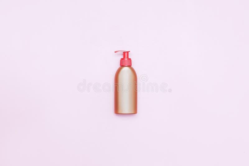 Splendeur en plastique de bouteille avec le liquide, le savon ou le shampooing cosmétique, gel Sur un fond rose Avec le chemin de images libres de droits