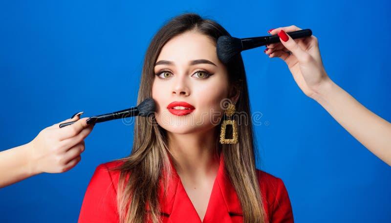 Splendido e bello bellezza dei capelli e salone del parrucchiere Bellezza e modo Ritratto di modo della donna monili fotografie stock