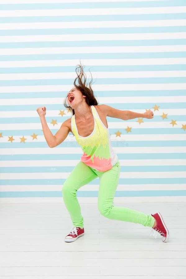 Splendido e bello Ragazza pazza in vestiti sportivi variopinti Modo e bellezza Ragazza dei pantaloni a vita bassa Ballerino hip-h immagini stock