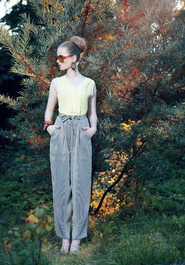 Splendor. Modna kobieta w Eleganckich spodniach Outdoors obraz stock