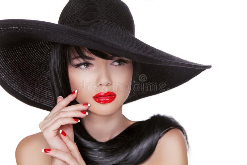 Splendor mody brunetki kobiety portret w czarnym kapeluszu odizolowywającym dalej zdjęcie royalty free