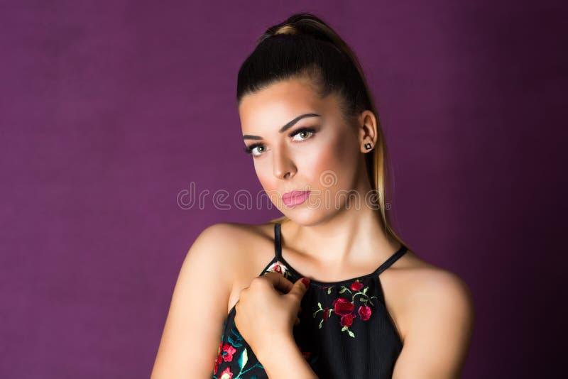 Splendor mody dziewczyny portret z profesjonalistą uzupełniał na purpurowym tle zdjęcia stock