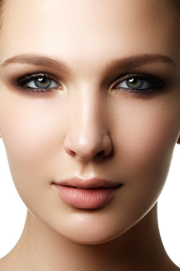 Splendoru portret piękny kobieta model z świeżym dziennym makeu obrazy stock