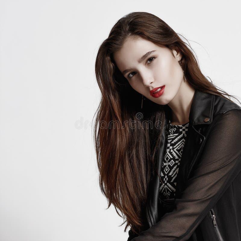 Splendoru portret piękny kobieta model z świeżym dziennym makeu zdjęcia stock