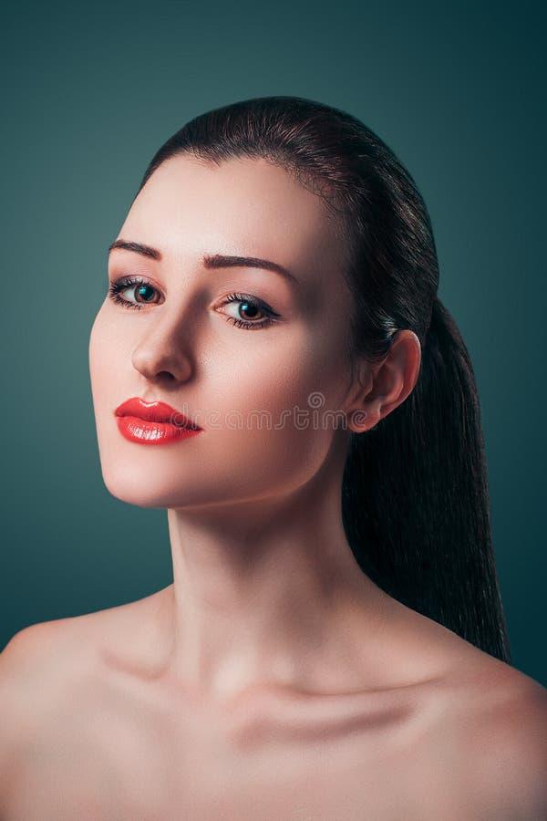 Splendoru portreta Pięknej młodej kobiety Czerwone wargi patrzeje kamerę zdjęcie royalty free
