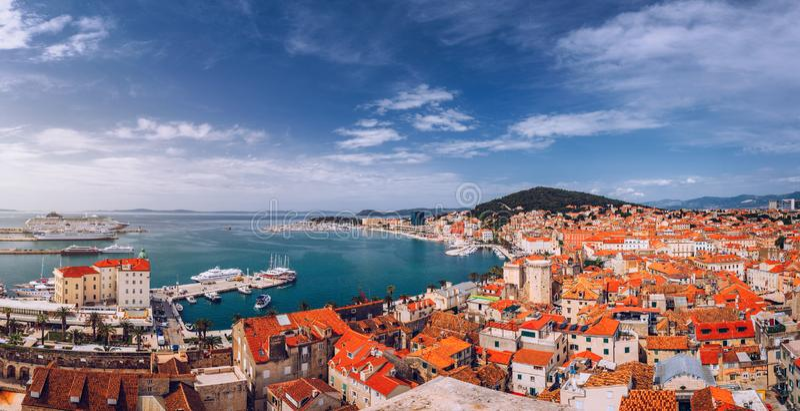 Split waterfront en Marjan hill aerial view, Dalmatia, Kroatië Panoramische zomercityscape van de oude middeleeuwse stad Split, K stock foto