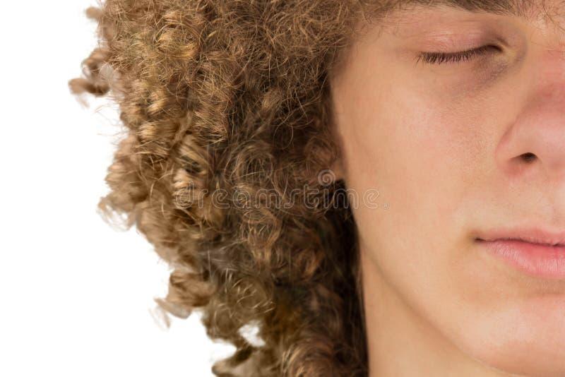 Splited in mezzo ritratto potato di giovane uomo europeo riccio con capelli ricci lunghi e gli occhi chiusi si chiudono su capell immagini stock libere da diritti